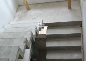 Поворотная лестница с промежуточной площадкой