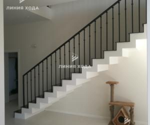 Маршевая лестница на второй этаж ООО ЛИНИЯ ХОДА Проект 003_02 в отделке