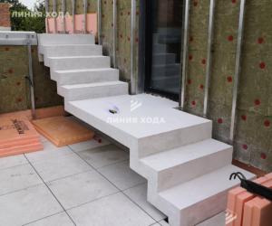 Белая монолитная лестница с зеркальным дном и площадкой от ООО ЛИНИЯ ХОДА Проект 004_01